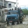 Arbeiter auf einem alten Rundhauber