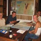 Die Afrikaenglaender und der hollaender Bart beim planen der Route