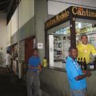 Warten aufs Geschaeft in der Markthalle von Salvador