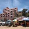 Hotels, Forellenrestaurants und geschmueckte Autos - typisches Bild an der Copacabana
