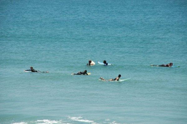 Marco und Matzi umringt von Surfbraeuten