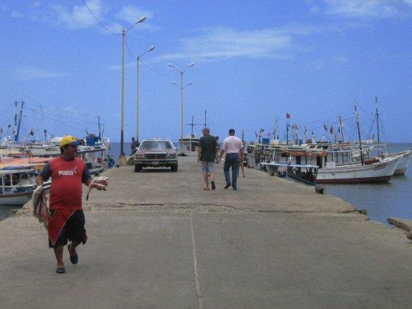 ... mit Steg zu den Fischerbooten...