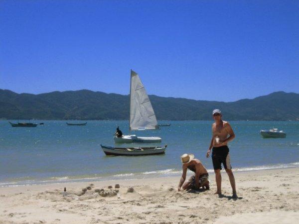 Beim Sandburg bauen am Praia Forte