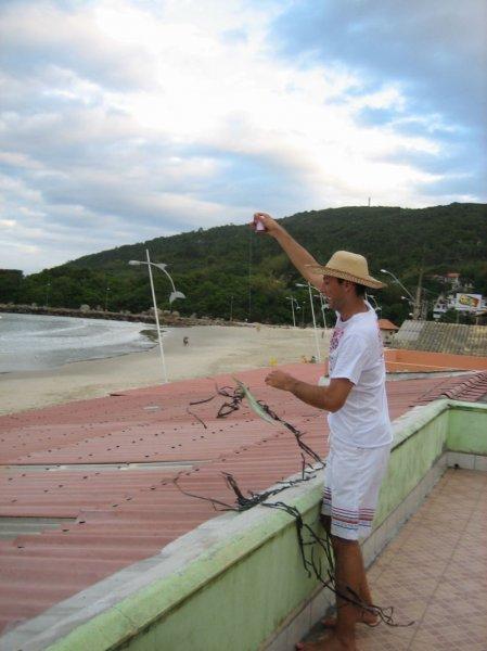 Der brasilianische Sommer beim Drachensteigen lassen