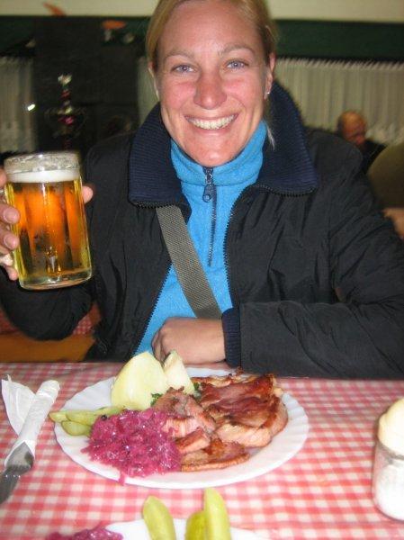 Nach 8 Monaten mal wieder Schweinsebraten und Fassbier - lecker!!!