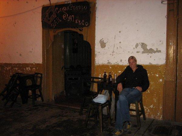 Melli abends an einer von vielen Bars in Salento