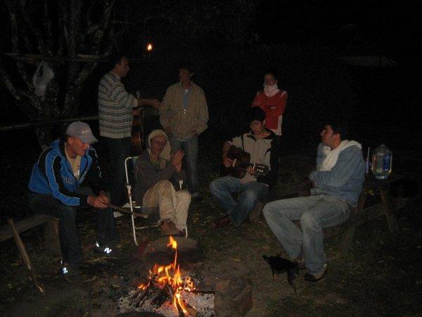 Lagerfeuer mit Gitarrenschnulz