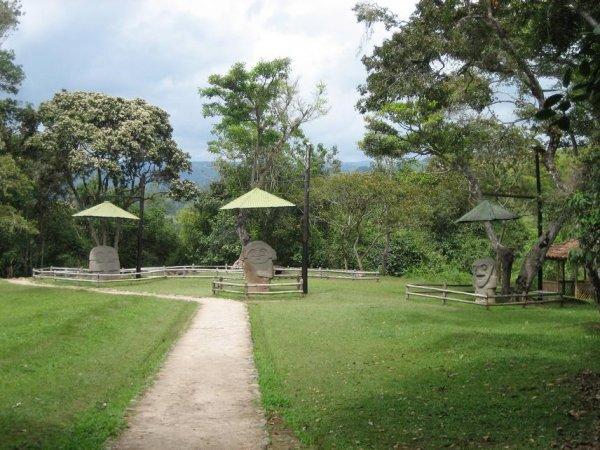...lauter alte Steinfiguren - die nach 2000 Jahren ein Regendach brauchen?