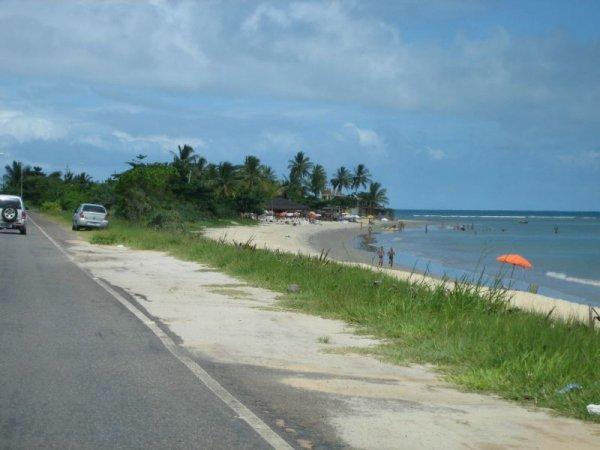 Strasse direkt am Strand entlang