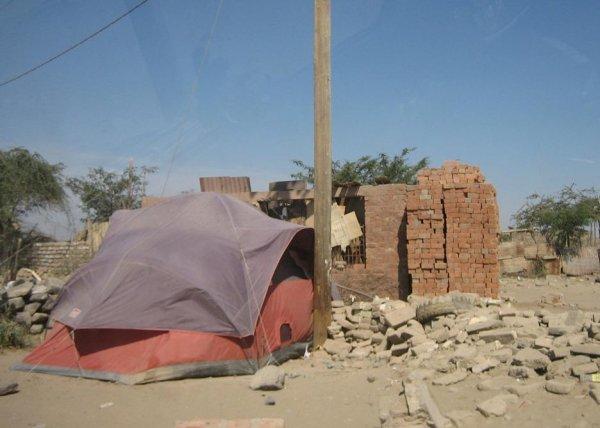 ...viele Hilfszelte und Reste von Mauern