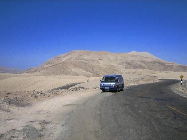 Wir verlassen langsam Perus trostlose Landschaft