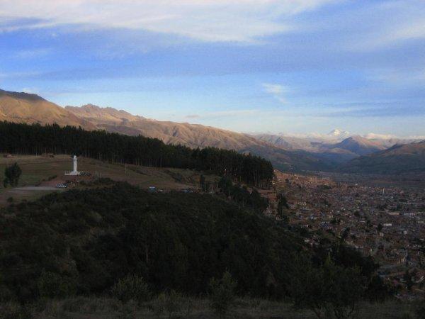 Blick auf Cuzco - im Hintergrund die schneebedeckten Berge