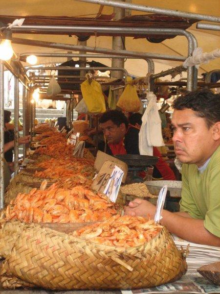 Hier wird alles verkauft, von Shrimps ...