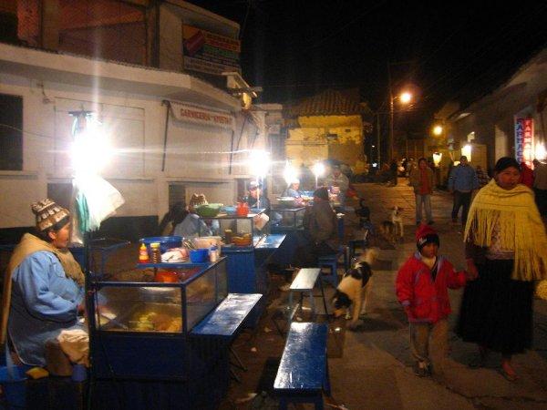 Die bolivianischen Frauen verkaufen Essen rund um die Uhr