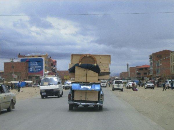 Moebeltransporter in La Paz