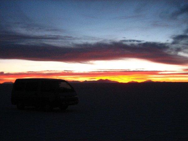 Sonnenuntergang auf dem groessten Salzsee der Welt