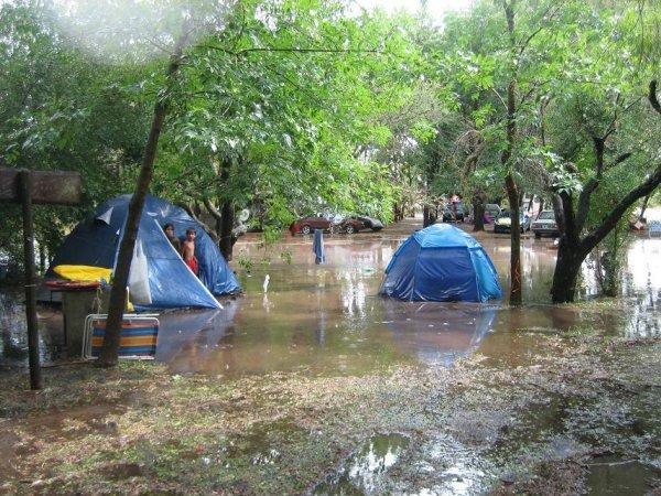 Das Ergebnis: Ueberflutete Zelte und ...