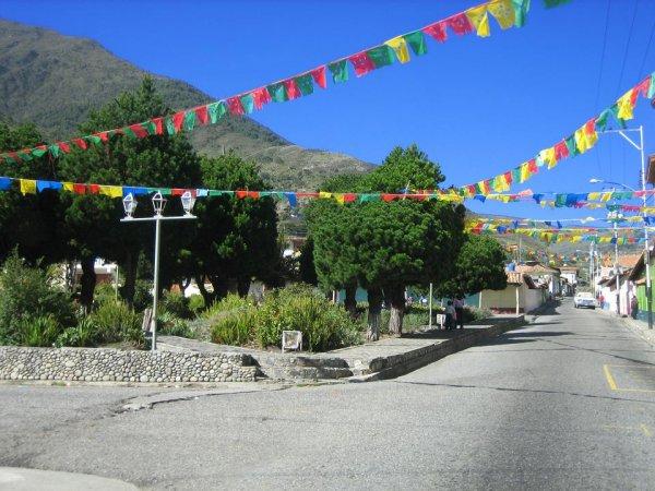 Typische Hauptstrasse in einem Bergdorf