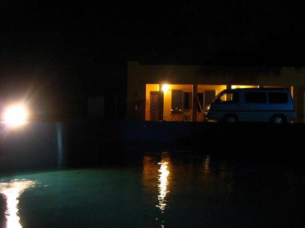 Nachts beim Poolreinigen