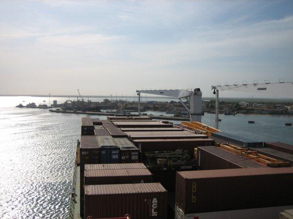 Banjul - kleiner Hafen, grosses Schiff