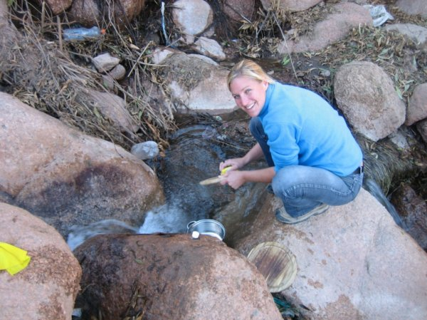 Beim Abwasch mit 40 Grad warmen Wasser
