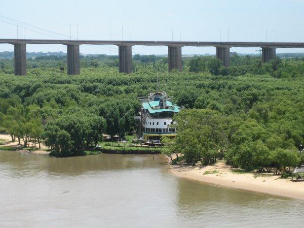 Flussabwaerts von Zarate nach BA